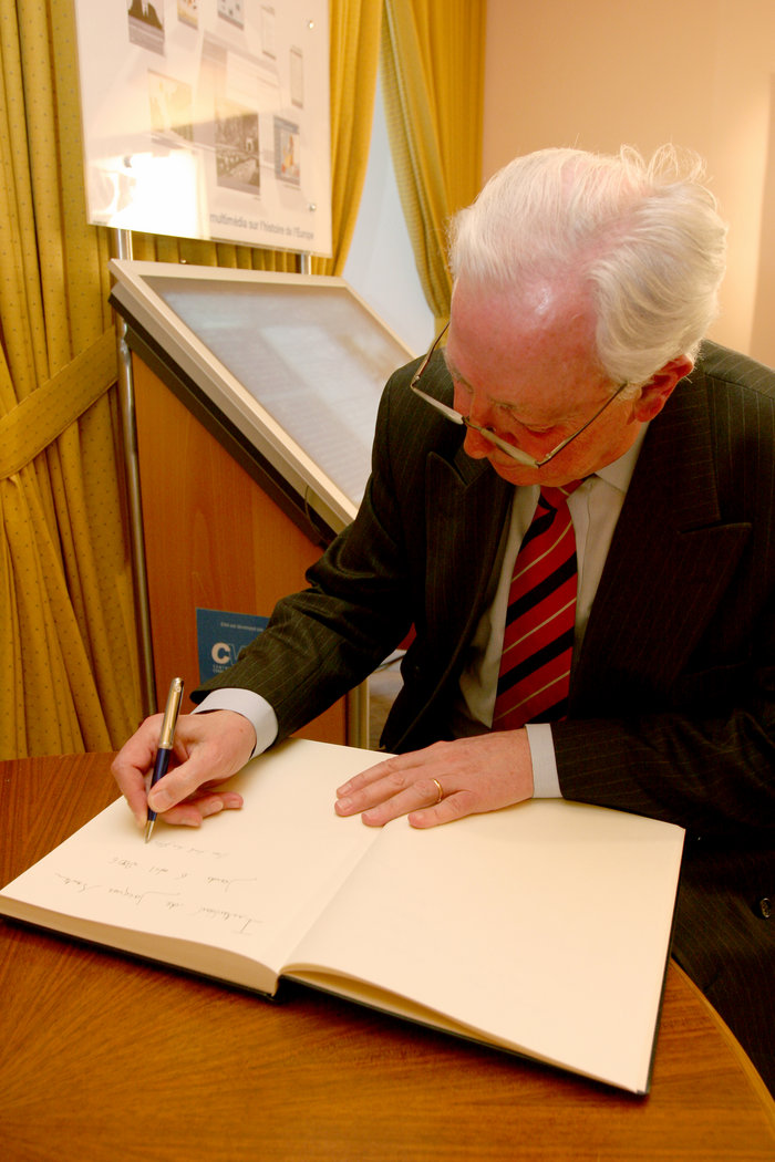 Jacques Santer signs the CVCE's guestbook